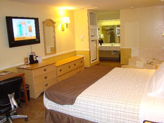 Edinburg Executive Inn: Jacuzzi Suite