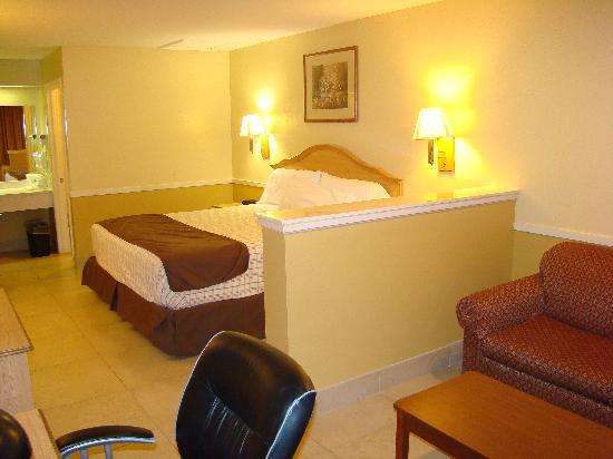 Edinburg Executive Inn: King Bed Suite
