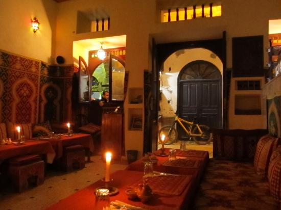 La Petite Perle d'Essaouira : Restaurant interior looking out