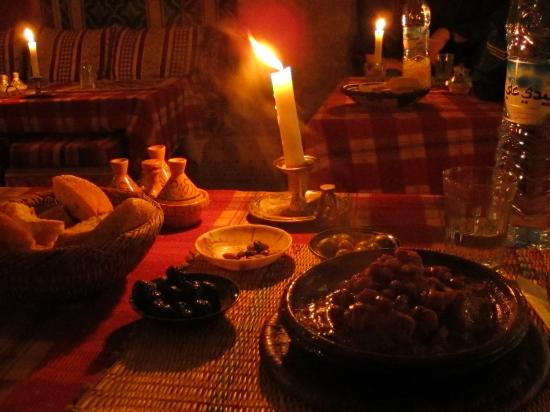 La Petite Perle d'Essaouira : Lamb tagine with onions and raisins with bread and olives