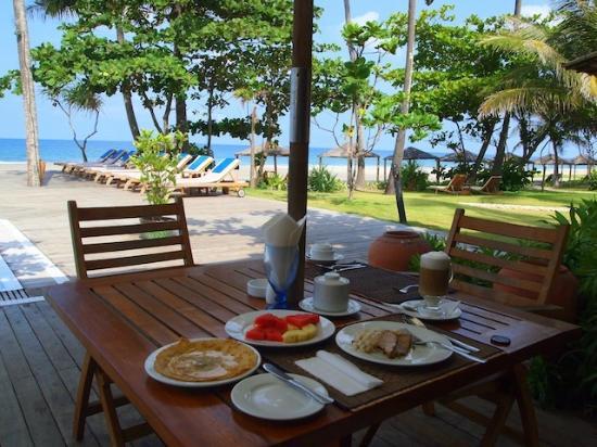 The Palm Beach Resort: breakfast time