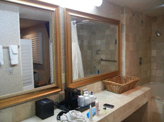 Laguna Brisas Hotel: Mirrors in the bathroom