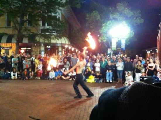 โบลเดอร์, โคโลราโด: Street Performer Derek Derek