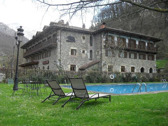 Hotel del Oso: hotel and pool - immaculate