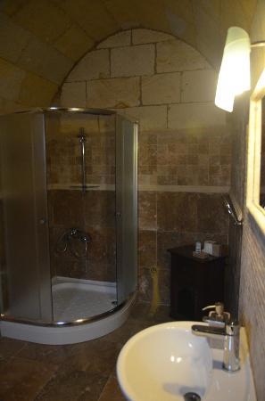 Vineyard Cave Hotel: bathroom