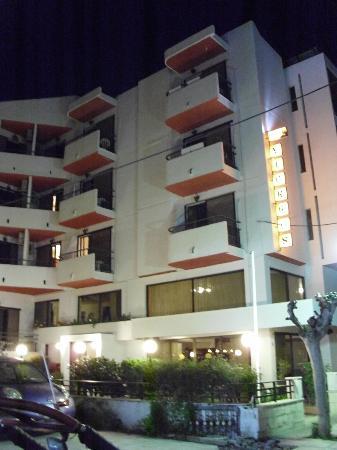 Hotel Yiorgos: Outside Yiorgos hotel at night