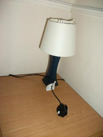 Garden Lodge Hotel: Broken and dangerous bedside lamp.