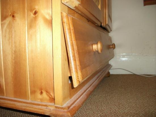 Garden Lodge Hotel: Broken, damaged and dusty wardrobe drawer.