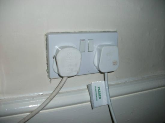 Garden Lodge Hotel: Dirty wall plugs and not all appliances PAC tested.
