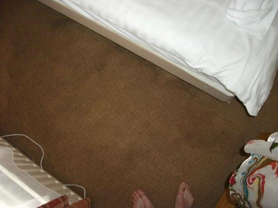 Garden Lodge Hotel: Sodden carpet from radiator leak.