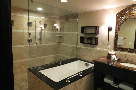 Omni Scottsdale Resort & Spa at Montelucia: Oasis #509 bathroom.