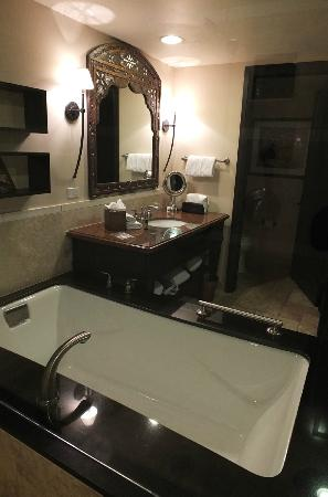 Omni Scottsdale Resort & Spa at Montelucia: Oasis 509 bathroom.