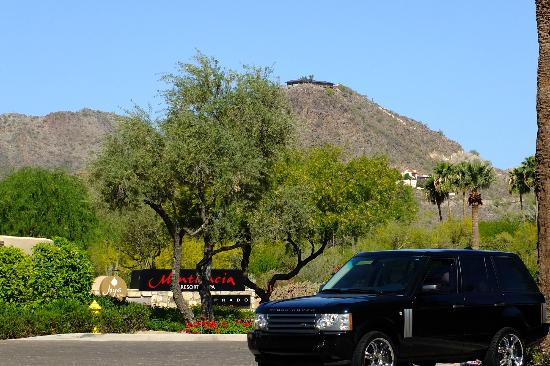 Omni Scottsdale Resort & Spa at Montelucia: View out from valet/arrival area