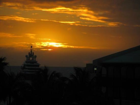 Flamingo Beach Resort : Couché vue de notre balcon
