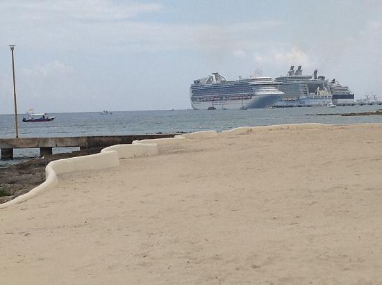 Presidente Inter-Continental Cozumel Resort & Spa: Cruise ships in distance