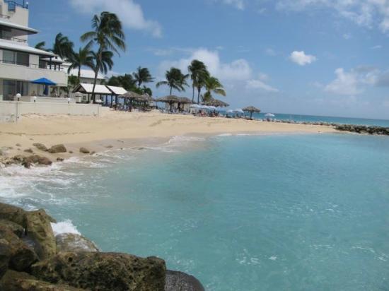 Flamingo Beach Resort : Plage 1-descente rapide dans l'eau