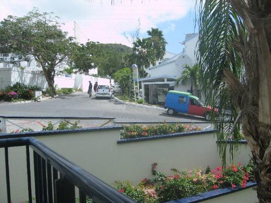 Flamingo Beach Resort : Balcon vue de la rue