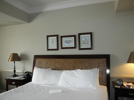 Hangar Hotel: King size bed and decor