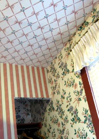 Robert Morris Inn: The corner of the ceiling where the wallpaper patterns meet for battle.