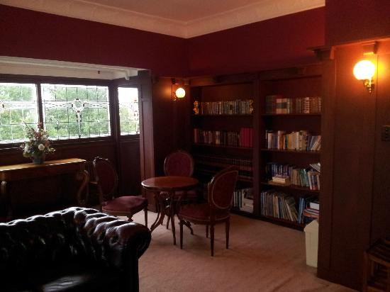 The Metropole Guesthouse: The lovely library