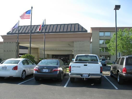 Holiday Inn Greenville: outside view of entrance