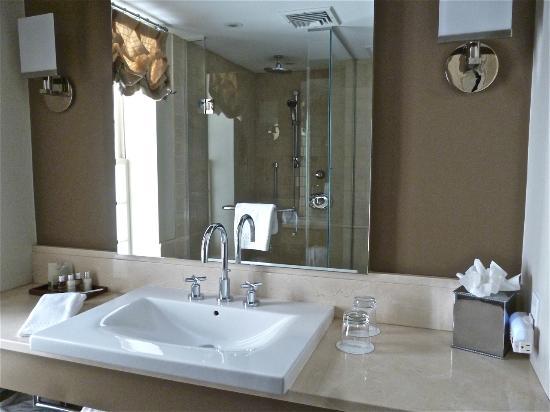 Rittenhouse 1715, A Boutique Hotel: Bath in Deluxe Room 415