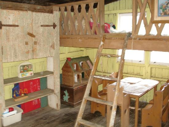 Olde Fogie Farm: playhouse....