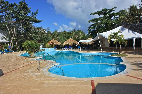 Hotel Celuisma Cabarete: Activities pool and Theatre