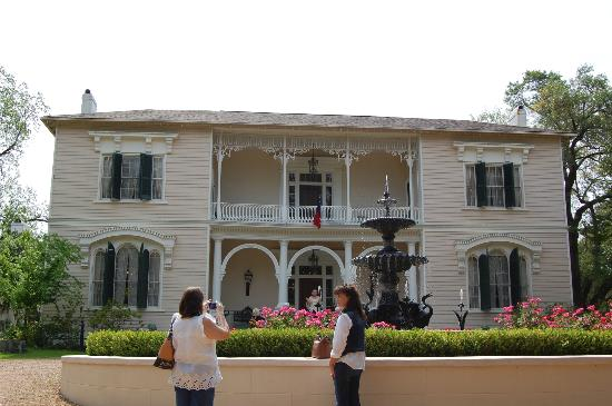 Natchez Pilgrimage Tours Day Tours: Beautiful Towers house with garden