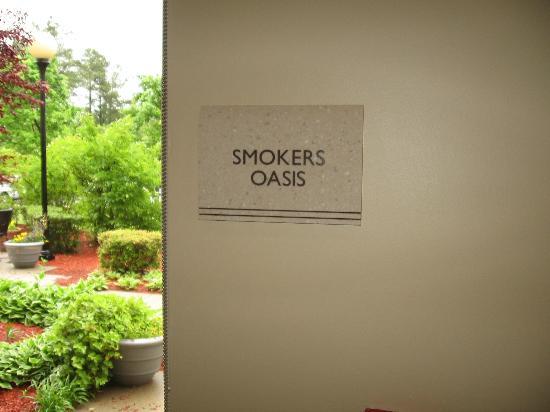 Hilton Garden Inn Raleigh-Durham Airport: The smokers area
