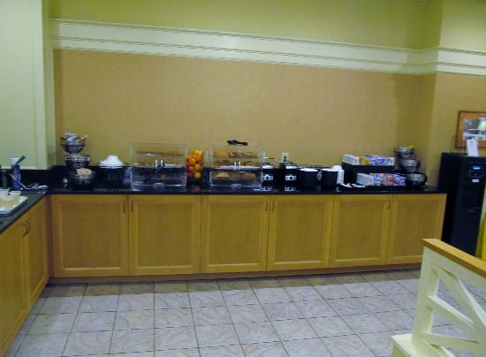 Cavalier Inn at the University of Virginia: Breakfast bar. It's adequate.
