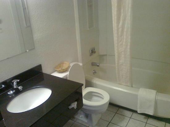 Super 8 Johnson City: Bathroom