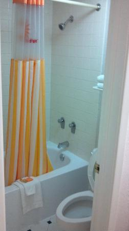 Motel 6 Tulsa South: Shower