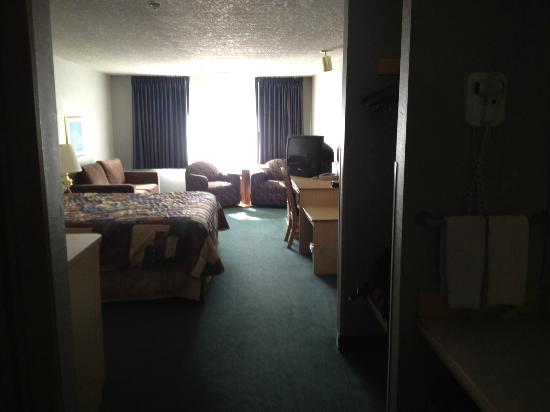 Yosemite Southgate Hotel & Suites : Looking in room from door.