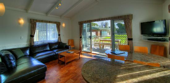 BIG4 Inverloch Holiday Park: 3 Bedroom Luxury Villa Lounge area