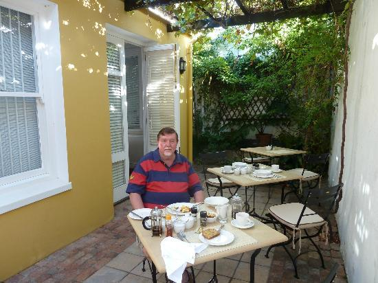 Tintagel Guesthouse: Breakfast outside