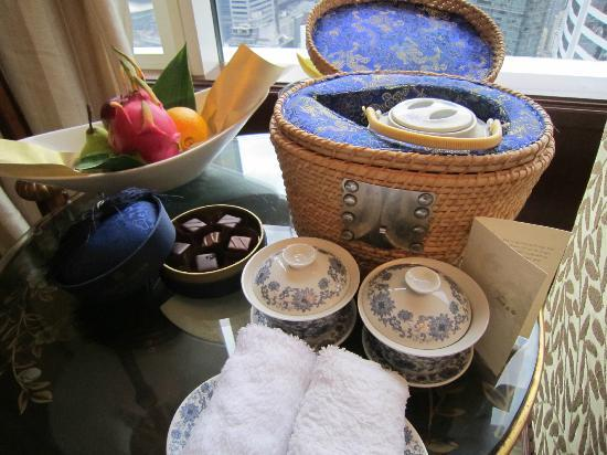 Island Shangri-La Hong Kong: a welcome fruit, hot tea & chocolate
