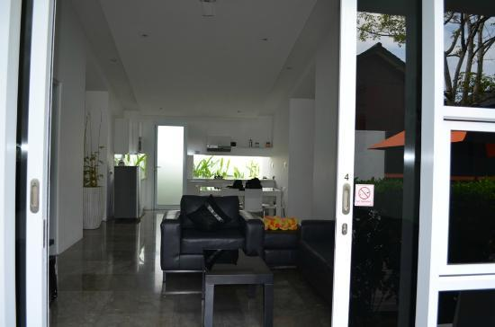Bali Yarra Villas: Lounge Dine Kitchen - View from front door