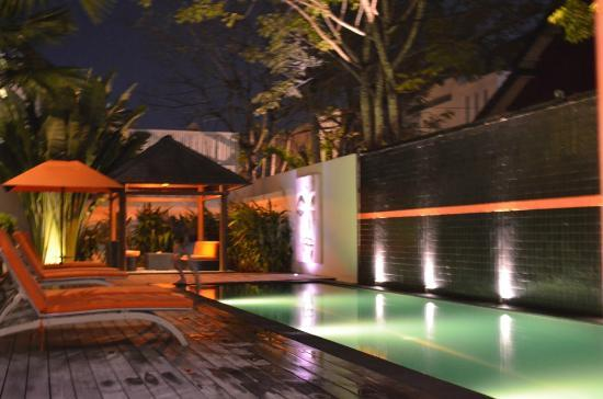 Bali Yarra Villas: Night view of Pool