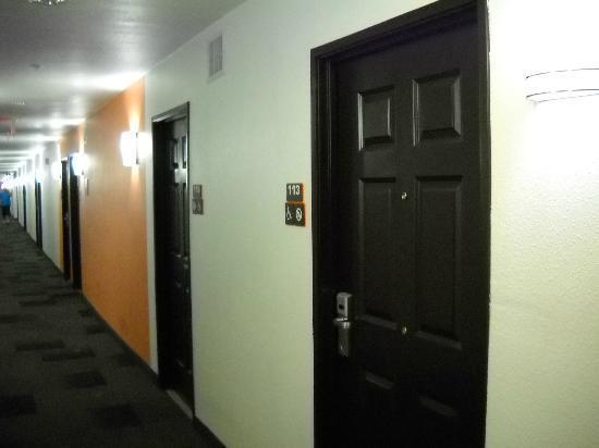 Motel 6 Pasadena: Hallway