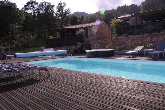 Les Jardins de Mathieu : View of cabins and pool
