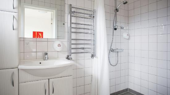 Roedby, Denemarken: Stop'n Sleep Hotel Bathroom