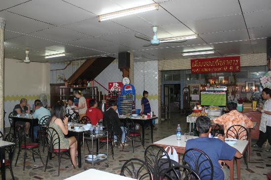 Muang Thong Restaurant: Interior of the restaurant