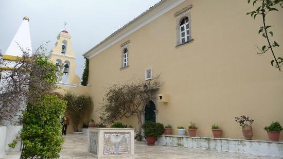 هوتل بيروس: Monastery