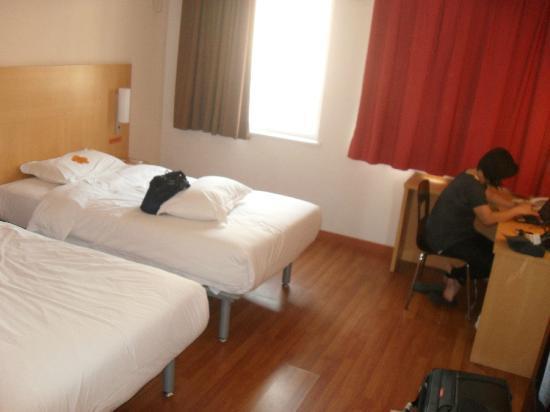 ibis Shanghai JinshaJiang : Two bed bedroom
