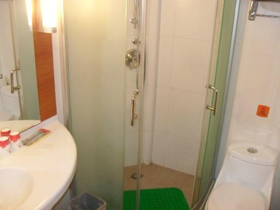 ibis Shanghai JinshaJiang : Clean white shower/toilet
