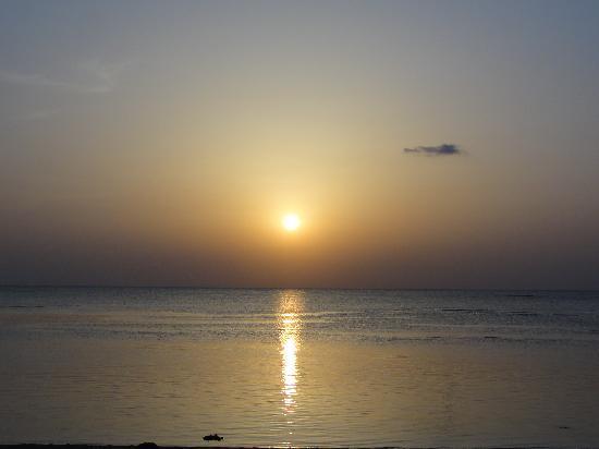 Hotel Nikko Alivila Yomitan Resort Okinawa: ホテルのビーチからの日没