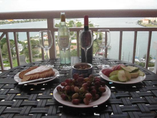 ‪حياة رجنسي كلير ووتر بيتش ريزورت آند سبا: Wine and Cheese on our balcony‬