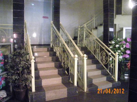DeLegend Hotel and Suites: Main Access Stairway
