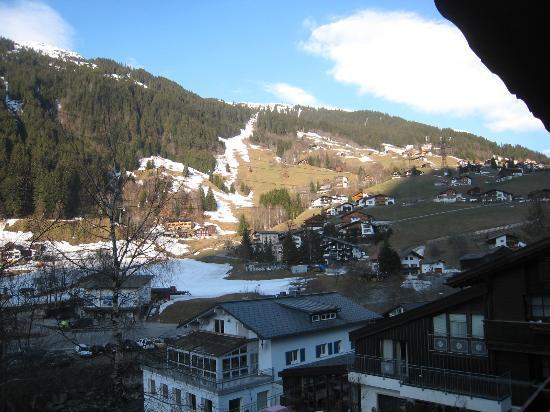 Hotel Monika: Utsikt från rummet upp mot berget.